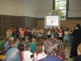 Die zweiten Klassen singen